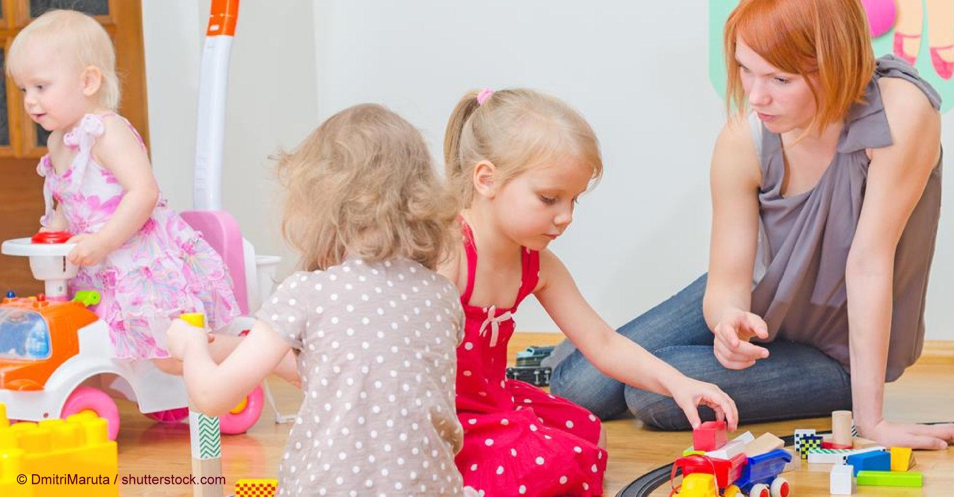 Erzieherinnen und Erzieher begegben sich tagsüber auf die Augenhöhe der Kinder.
