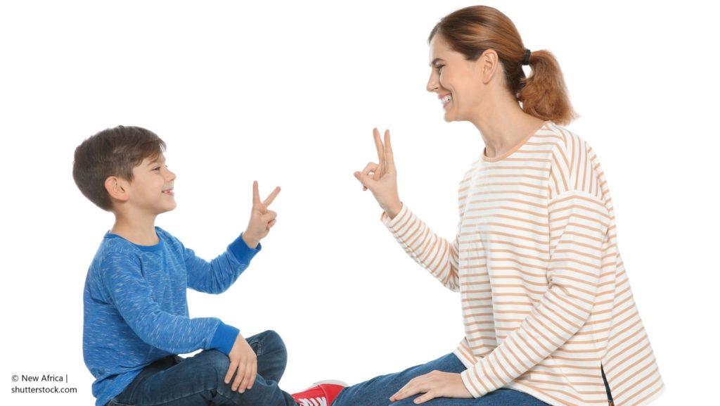 Kinder sprechen von Geburt an mit ihrem ganzen Körper. Gesten sind also etwas ganz Natürliches.