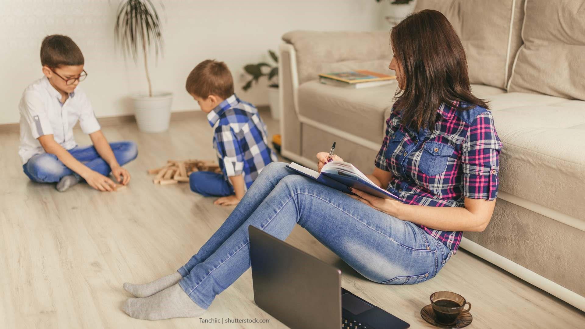 Gerade für Eltern kann ein Fernstudium eine gute Weiterbildungsmöglichkeit sein